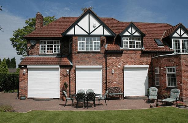 Casa con persianas motorizadas - TOLDELUX