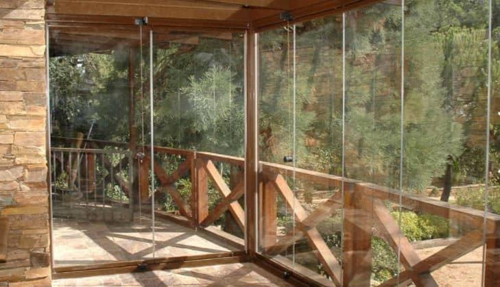 cortinas de cristal en una terraza de madera